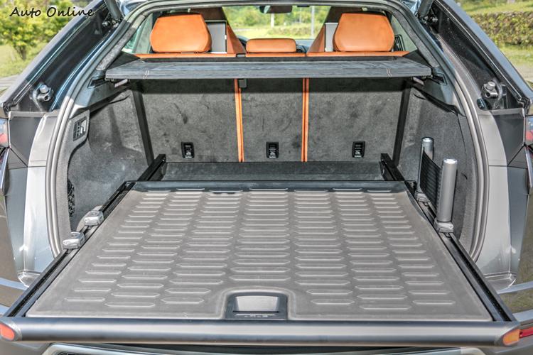 充裕的行李空間還可進一步擴充,並能利用滑動底板方便取物。