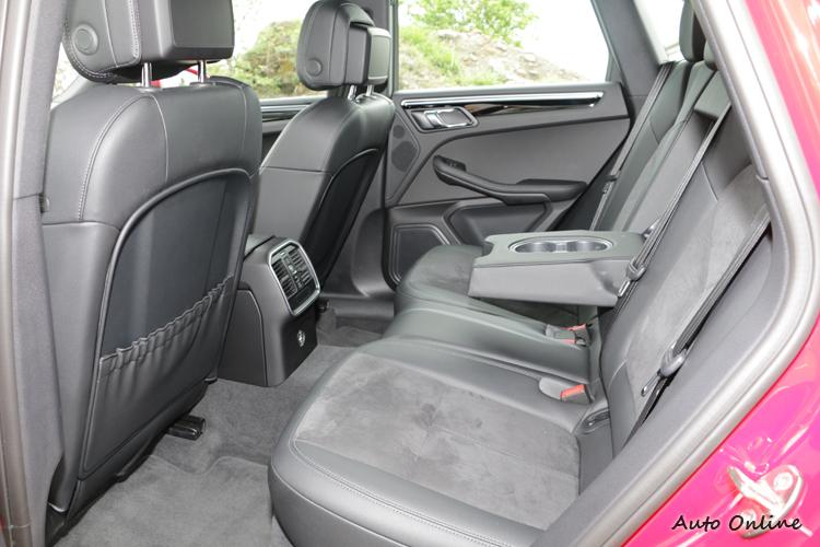 後座空間表現是一般水準,椅背過挺的問題會影響乘坐舒適性。