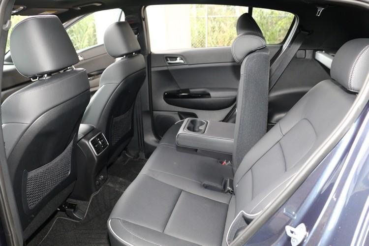 後座專屬冷氣出風口和可調角度椅背是中型SUV最基本且必要的配備。
