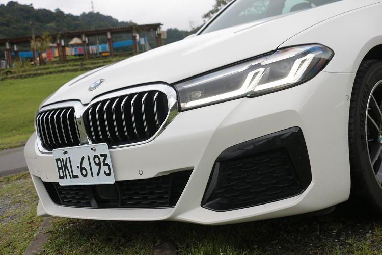 首發版標配智慧LED頭燈具備主動轉向照明與遠近光調節功能,帶來更銳利的車頭扮相。