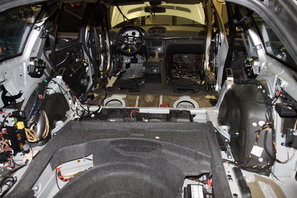 高度電子化的賓士車,需要對於配裝線路有相當認識的技師才有能力進行維修,而這些實習用的教材都是實際可以發動的實車。