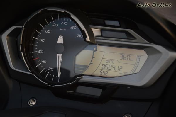 單圓附液晶的儀表板,內建多樣行車資訊顯示模式。