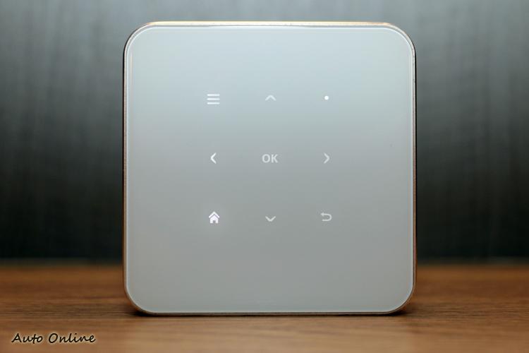 機身上方的LED觸控按鍵與遙控器的配置簡易,不利於APP的操作,建議搭配滑鼠或手機APP。