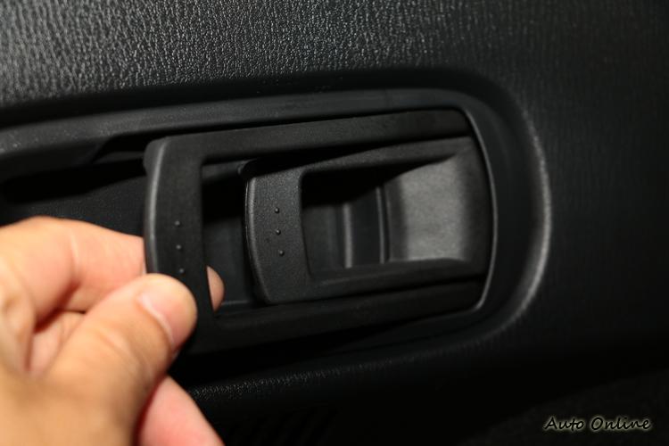 4/2/4後座椅背翻折設計在行李廂內提供快速釋放前傾拉柄。