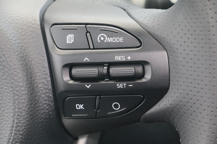 方向盤只能上下調整,不容易調整出最佳坐姿,不過內建定速巡航和速限控制,讓開車過程變得更輕鬆。