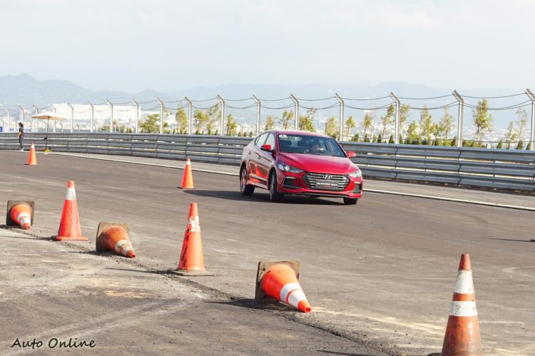 在繞錐關卡中給人轉向反應線性,車身循跡穩定的印象。