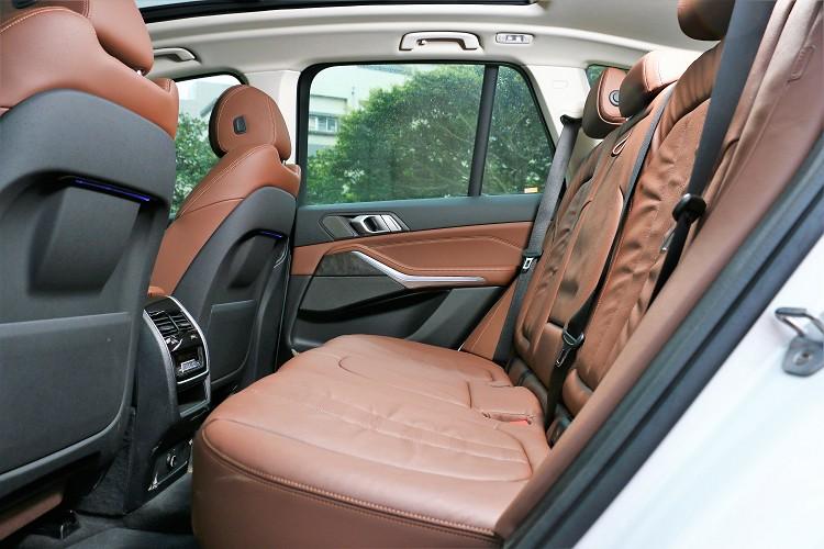 座膝部與頭部空間寬敞無比,四區恆溫空調顧及每一位乘坐者。