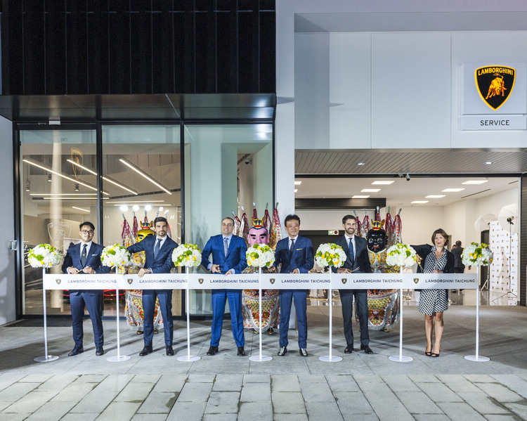 Lamborghini 亞太區執行長 Matteo Ortenzi(右2)、首席商務長 Feferico Foschini(左2)、亞太區銷售經理 Davide Sfrecola(左3)等原廠高層人士,特別來台為全新成立的服務據點揭幕。