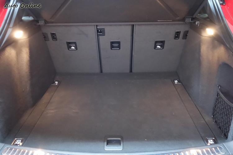 由於沒有配備備胎,行李廂底板下方還多了隱藏空間能夠置放雜物。