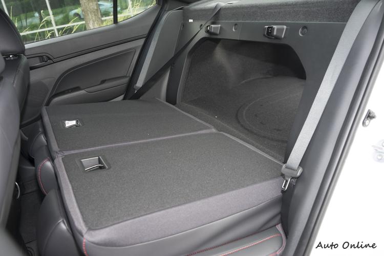 後座椅可向前放倒,增加一些行李收納機能。