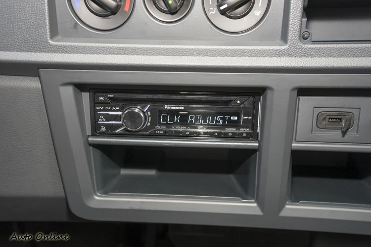 Panasonic音響主機旁有個USB插槽。