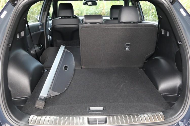 後軸避震塔佔用部份行李空間,底板則有兩段調整機能設計和捲簾收納空間。