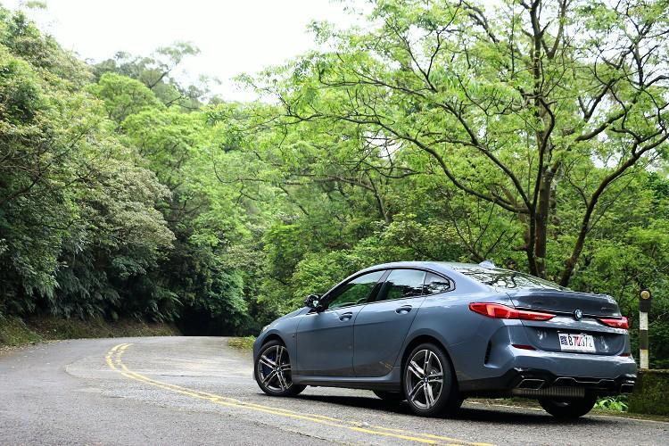BMW推出全新物種2系列Gran Coupe,它承襲2系列雙門跑車的帥氣又多增加兩個門加強實用性,首批導入台灣的車型有218i與M235i兩種引擎動力版本。