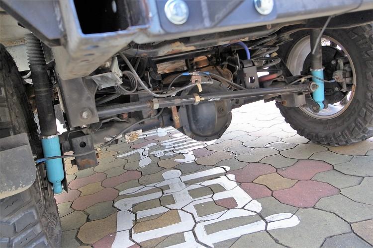 修改原避震器筒身固定位置,得到更長的壓縮行程,車輛每一次的跳躍都能很平穩的落地,保護車輛也保護車內正駕與副駕駛。