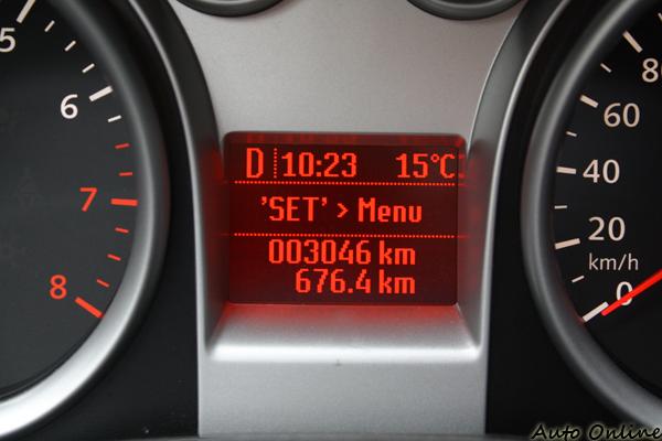 儀錶板中間有個小的螢幕可以讀取車輛旅程資訊。