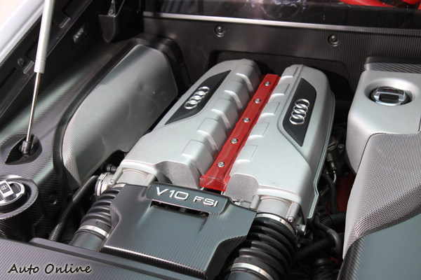 R8 GT/Spyder搭載5.2 V10 FSI缸內直噴引擎,最大馬力560hp峰值扭力高達 55.1kgm。