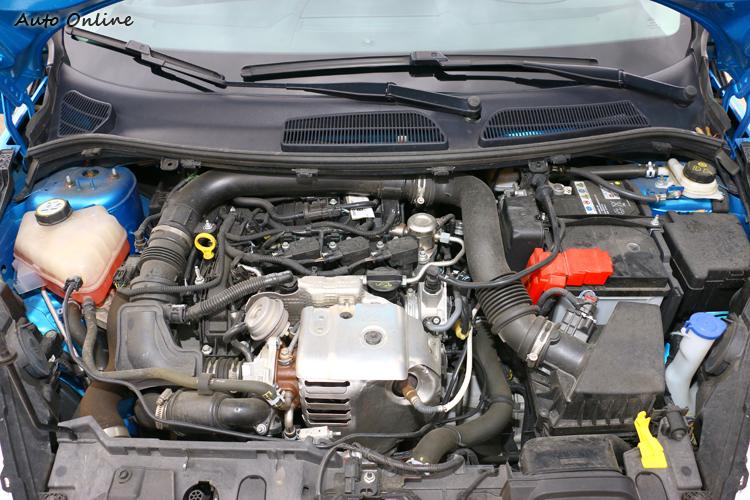 沒有飾板遮蔽,Fiesta引擎室看起來有些雜亂。