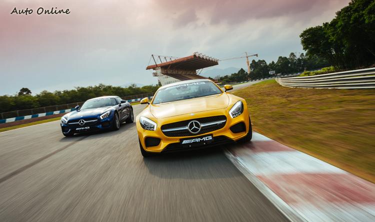 AMG GT S搭載4.0升V8雙渦輪增壓,前中置引擎、後輪驅動的配置達到完美的配重。510馬力與650牛頓米的扭力搭配7G-DCT雙離合器自手排變速箱,0-100km/h僅3.8秒。