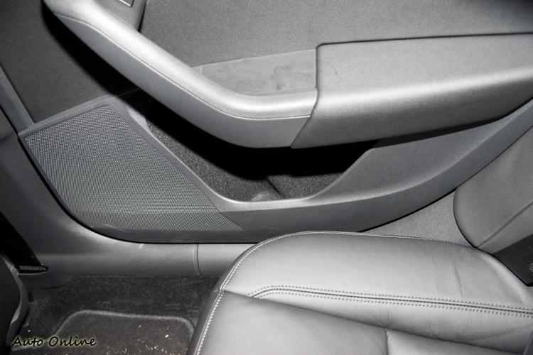 後座車門置物槽可以收納飲料瓶罐。