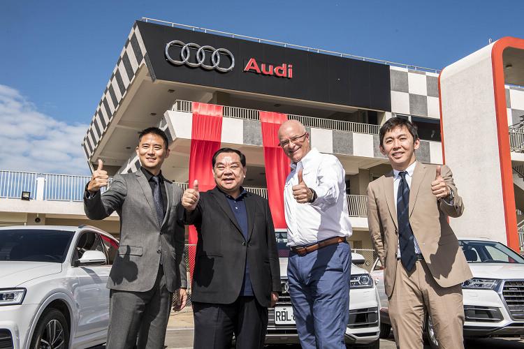 台灣奧迪總裁Terence Johnsson(右二)與麗寶董事長吳寶田(左二)一同為Audi駕馭體驗中心正式啟用揭幕。Audi品牌大使李勇德(右一)與麗寶國際賽車場總經理朱康震(左一)也共同出席揭幕典禮。