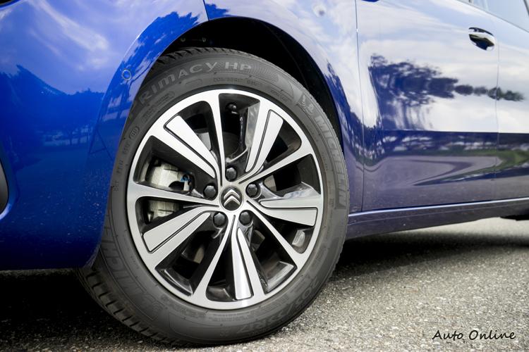 17吋鋁圈,頂規車型則為18吋。