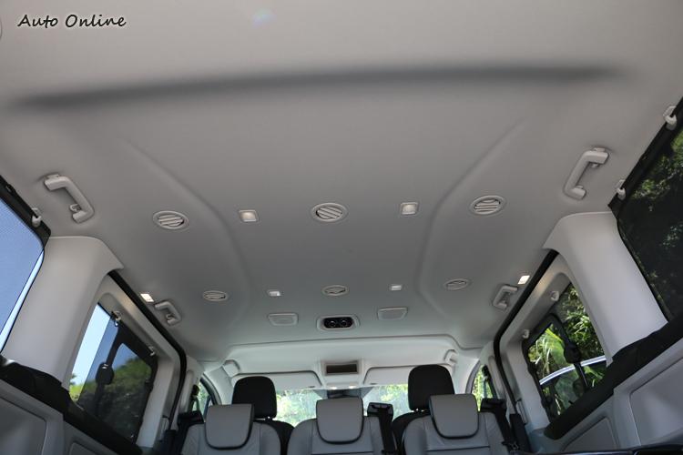 車頂沒有天窗,取而代之的是更實用的照明、空調出風口和音響揚聲器。