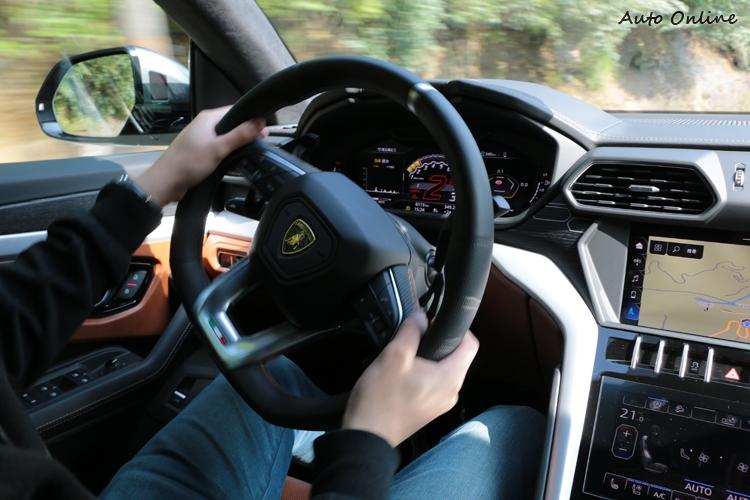 後輪轉向系統搭配主動扭力分配,讓它在轉向上更靈活,駕駛過程樂趣橫生。