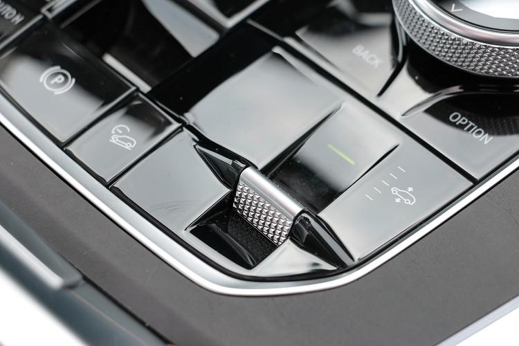 氣壓懸吊可透過電腦或者駕駛來調整車高。