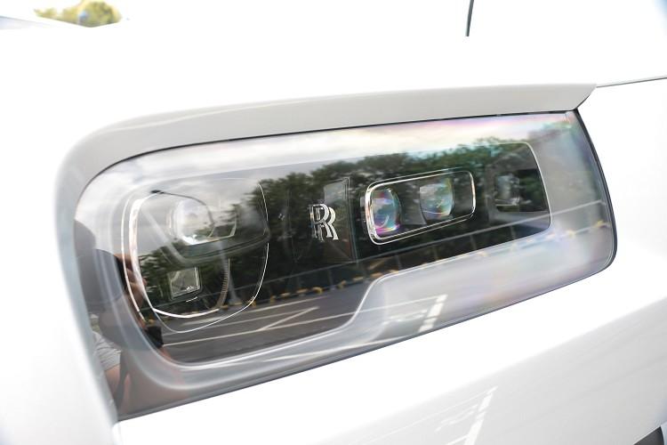 頭燈內部可看到RR的專屬字樣,並且配備雷射頭燈光源,帶來最強照射能力。