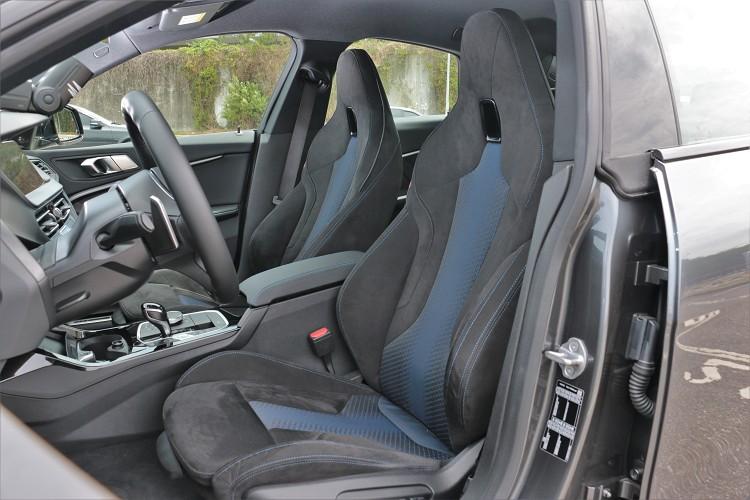 標準配備極具熱血氛圍的Alcantara麂皮/高級織布M雙前座跑車座椅。