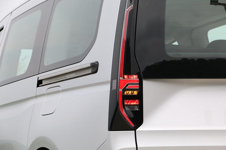 LED直立式尾燈對比鮮明,讓Caddy Maxi車尾看起來更新潮。