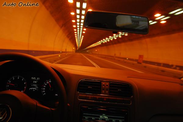 POLO承襲了VW一貫紮實的懸吊反應,偏硬的懸吊可在第一時間忠實的傳遞路面訊息給駕駛,除此外還可承擔駕駛賦予POLO過彎、急停等的各項動作指令。