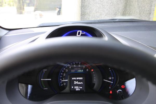 方向盤很容易遮蔽時速表的視線。