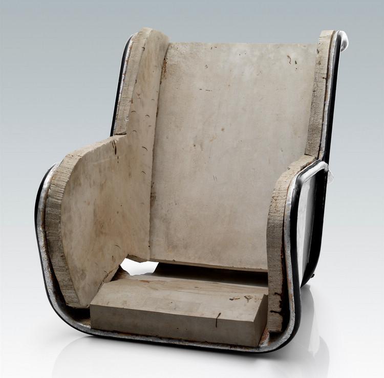 簡單木板拼湊起來的兒童座椅,實際上與現今大家熟知的昂貴專用椅擁有相同的設計概念,就是固定性+支撐性。