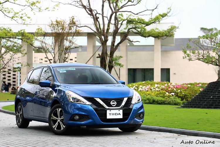 車頭導入新世代NISSAN家族V-Motion元素,包含銳利車頭造型,很有歐風的設計感覺。(藍色車為自然進氣車型)