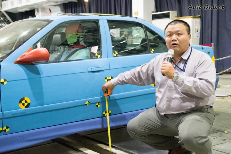 測試前會進行許多測量準備動作,包括台車所需撞擊的R點(人體模型區幹與大腿的交界中心)。