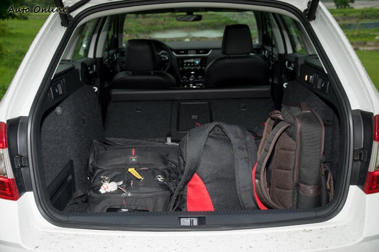 行李廂容量為610公升,放倒後座椅背後達到公升。
