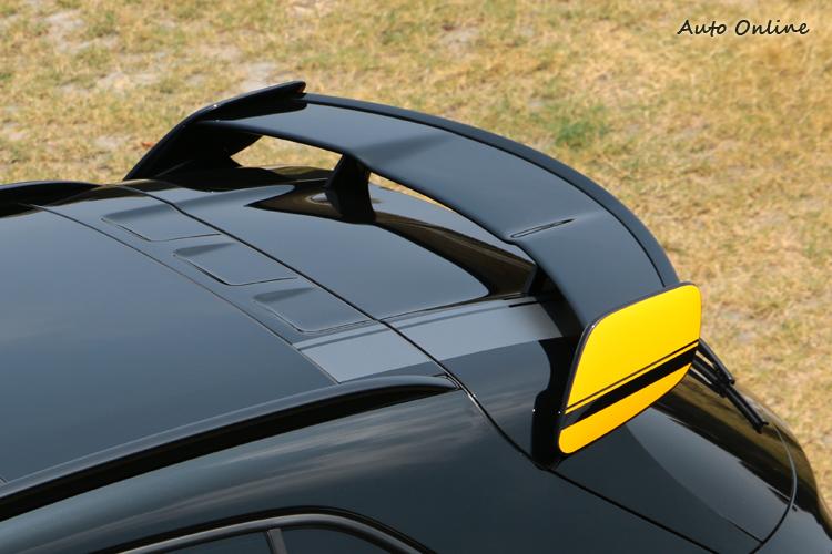 Yellow Night Edition套件在外觀上最醒目的就是黃色貼飾和分離式尾翼。
