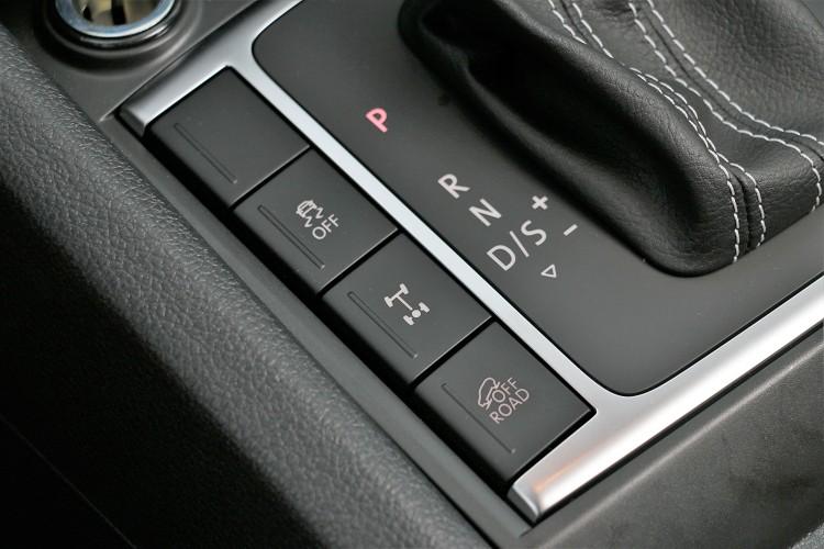 排檔桿旁有個Off-Road的按鈕,按下之後電腦會自動介入做前後動力調整。