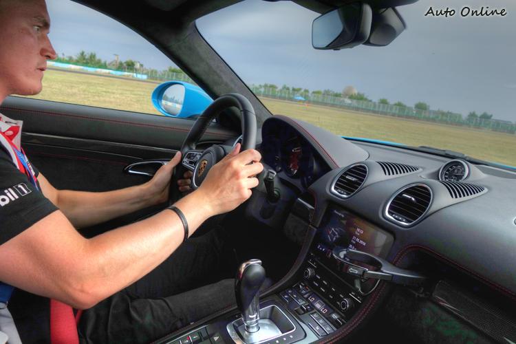 教練傳達正確駕駛觀念之餘,也不吝展示保時捷性能極限。