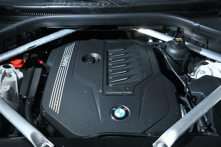 搭載一顆直列六缸3.0升渦輪增壓汽油引擎,最大馬力為340hp/5500rpm與45.88kgm/1500rpm最大扭力。