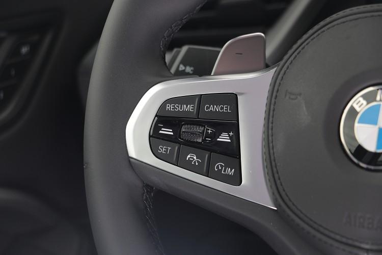 方向盤左邊的按鍵為主動跟車系統操作介面。