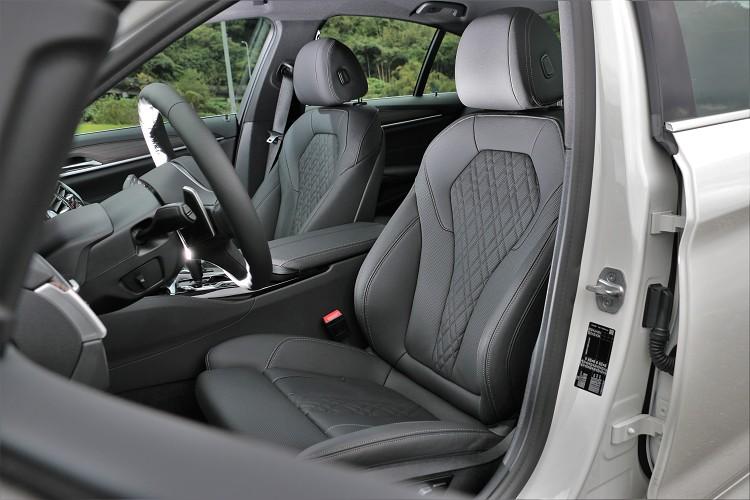 雙前座電動跑車座椅含電動腰靠,對於激烈駕駛有著不錯支撐性。