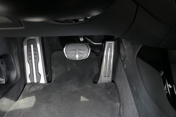 駐地式金屬油門踏板,表面防滑材質,可精準的掌控油門與煞車。