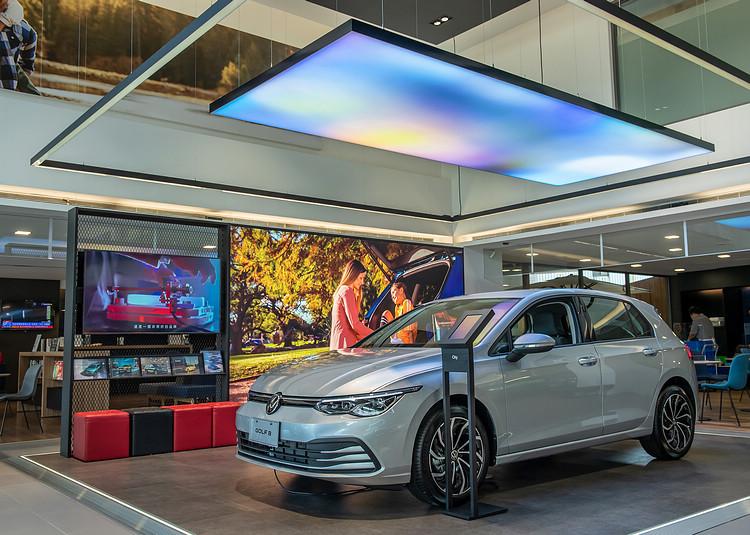 重點產品展示區有可變換顏色的天幕和LED螢幕播放最新產品影片,顧客可透過一旁的數位車輛規格立牌,了解詳閱產品規格、相關影片及最新銷售方案。